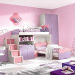 Розово-сиреневая комната с двухэтажной кроватью
