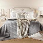 Серое покрывало с ромбиками и небольшое полосатое покрывало для спальни