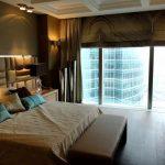 Шикарная спальня с панорамным окном и большой кроватью