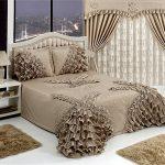 Шторы и покрывало на кровать с красивыми декоративными элементами