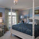 Синее покрывало с набивным рисунком для необычной кровати
