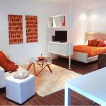 Спальня-гостиная, разделенная стеллажом