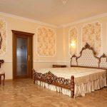 Спальня в классическом стиле с симметричным расположением мебели