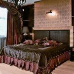 Темное покрывало для спальни в бордово-коричневых тонах