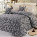 Темное покрывало для светлой спальни позволит выделить кровать