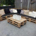 Угловой диван из паллет с матрасами и подушками