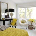 Уютные мягкие кресла, столик для макияжа и удобная кровать в спальне