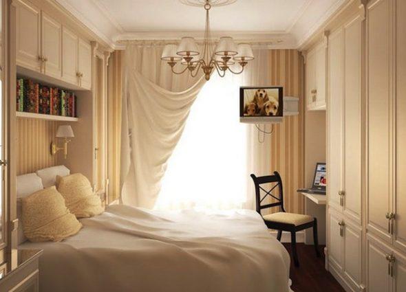 Кровать в узкой спальне