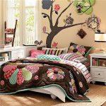 Яркое декоративное лоскутное покрывало на кровать