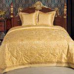 Желтое стеганое покрывало для кровати в винтажном стиле