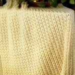 Желтый вязанный плед с кисточками