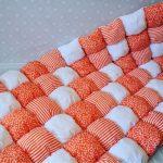 Бело-оранжевое воздушное покрывало бонбон