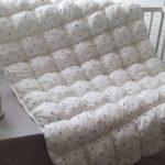 Белое одеяло со звездами в технике бонбон в кроватку новорожденного