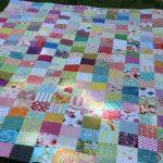 Большое красивое одеяло из разноцветных лоскутков