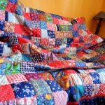 Большое разноцветное лоскутное одеяло на двуспальную кровать