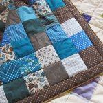Голубое одеяло из квадратов по лоскутной технологии