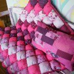 Красивое мягкое покрывало в розовых тонах для уличной скамейки
