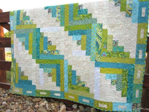 Красивое одеяло из разноцветных полосок