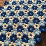 Красивое трехцветное цветочное одеяло