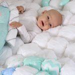 Легкое и воздушное одеяло в технике бонбон подойдет в кроватку малыша