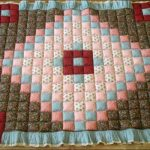 Мягкое стеганое одеяло с ромбом в центре
