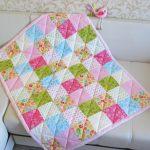 Небольшое лоскутное одеяльце для девочки