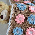 Нежное покрывало для малыша с милыми цветочками