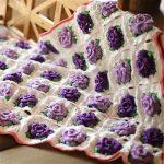 Объемные фиолетовые цветы шикарно смотрятся на пледе