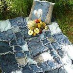 Одеяло и подушка с бахромой из старых джинсов