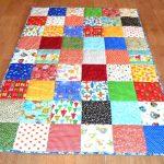 Одеяло из разных лоскутков для ребенка