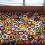 Оригинальное покрывало на кровать из цветочков, вязанных крючком