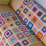 Плед из остатков ниток, связанный для дивана