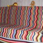 Плед на диван из разноцветных волнообразных полосок