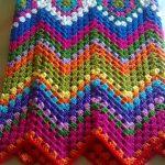 Плед зигзагами из разноцветной пряжи