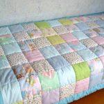 Простое детское лоскутное одеяло в пастельных тонах