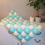 Прямоугольное бело-голубое легкое и воздушное одеяло-бонбон