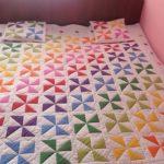 """Разноцветные """"Вертушки"""" на стеганом одеяле"""