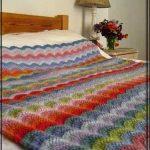 Разноцветный плед с волнами на большую кровать