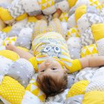 Серый, белый и желтой прекрасно сочетаются для оформления одеяла для малыша