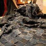 Сине-черное покрывало из отдельных джинсовых лоскутов