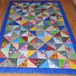 Синее одеяло с разноцветными треугольными вставками