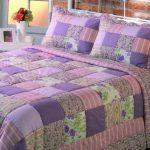 Сиреневое одеяло и подушки в лоскутной технике