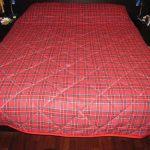 Стеганое клетчатое одеяло для двуспальной кровати