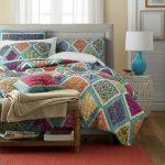 Стеганое одеяло с разноцветными ромбами