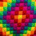 Яркие квадратики, собранные в увеличивающиеся ромбы