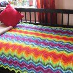 Яркий красивый плед на кровать