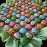 Яркое одеяло бонбон со складками в зеленых тонах