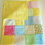Яркое желтое одеяло-покрывало с разноцветными лоскутными вставками