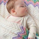 Белый плед с цветными краями для малыша