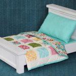 Белая кукольная кроватка с постельным